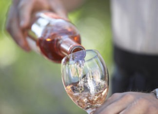 homme servant un verre de rosé